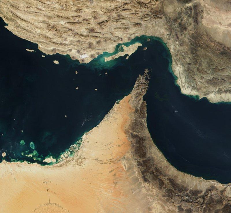 Na imagem de satélite dá para ver o Estreito de Ormuz, também na lista de lugares parecidos com o Canal de Suez