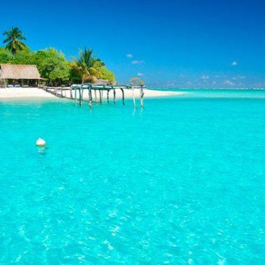 O tom azul das águas é comum neste que é o país menos visitado do mundo