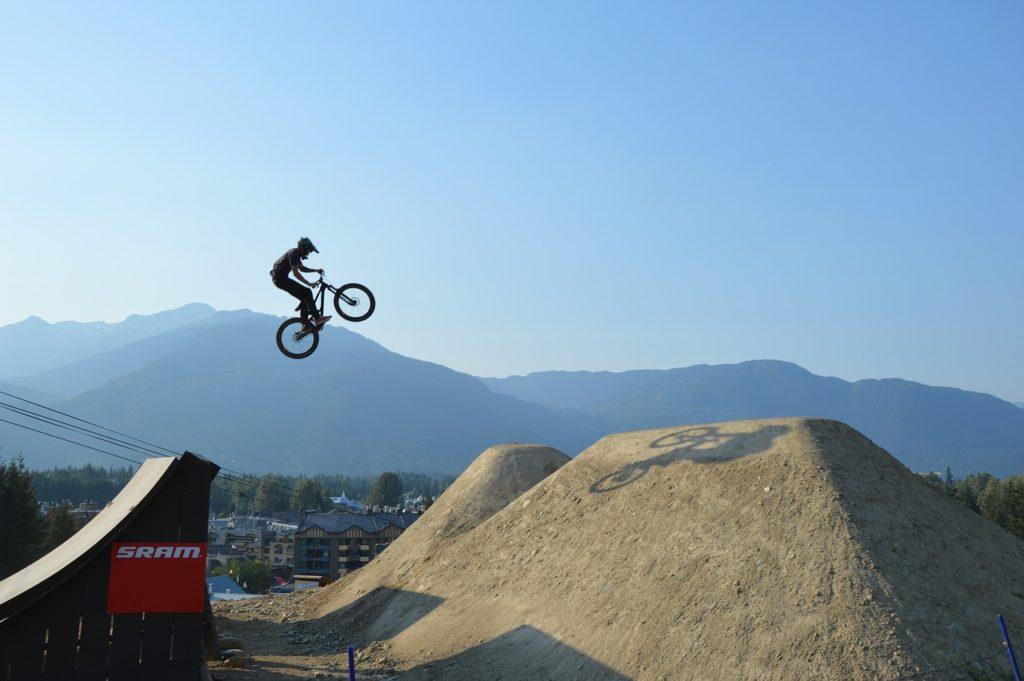 Whistler no Canadá vai de pista de esqui no inverno a parque de ciclismo no verão