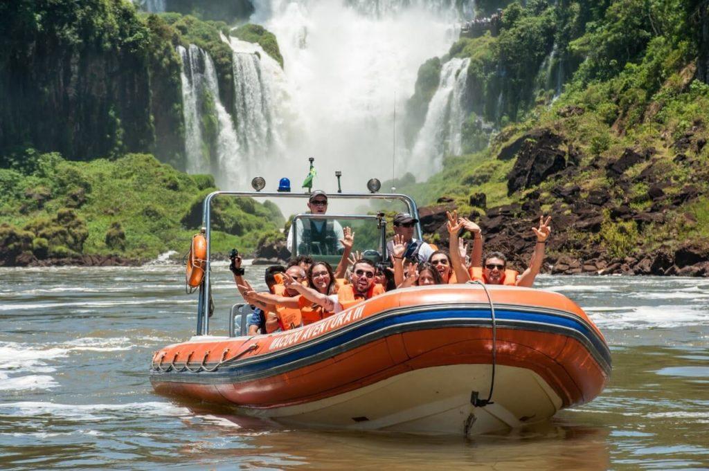 Fazer o passeio de barco partindo do lado argentino