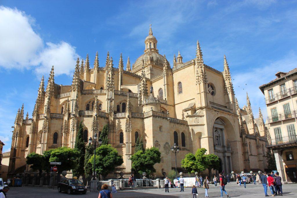 Visitar as igrejas está entre o que fazer em Segóvia na Espanha